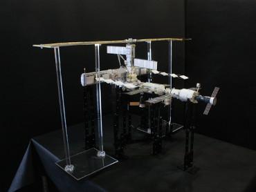 1/100スケール ペーパークラフトによる 国際宇宙ステーション(2003年5月4日の状態)