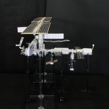 1/100スケールペーパークラフトによる 国際宇宙ステーション(2003年8月28日の状態)