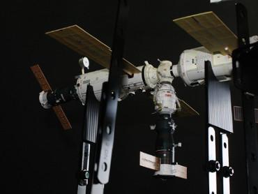 ISSにドッキングした2機のプログレス補給船(2003年6月11日)