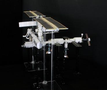 1/100スケールペーパークラフトによる 国際宇宙ステーション(2003年8月31日の状態)
