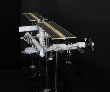 1/100スケールペーパークラフトによる 国際宇宙ステーション(2003年10月20日の状態)