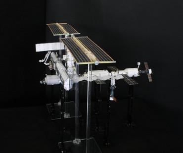 1/100スケールペーパークラフトによる 国際宇宙ステーション(2003年10月28日の状態)