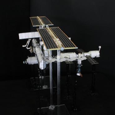 1/100スケールペーパークラフトによる 国際宇宙ステーション(2004年1月28日の状態)