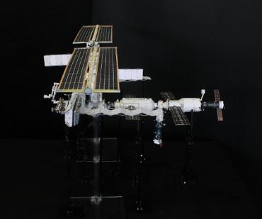 1/100スケールペーパークラフトによる 国際宇宙ステーション(2004年1月31日の状態)