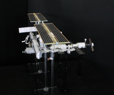 1/100スケールペーパークラフトによる 国際宇宙ステーション(2004年4月30日の状態)