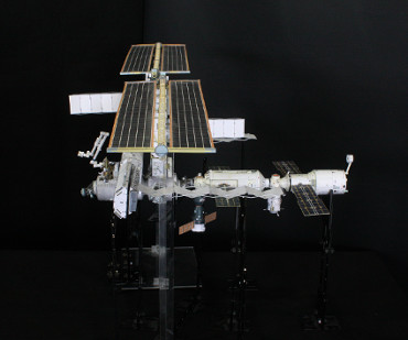 1/100スケールペーパークラフトによる 国際宇宙ステーション(2004年5月24日の状態)