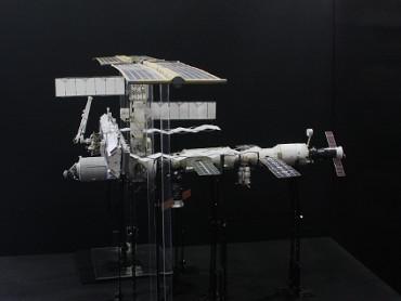 1/100スケールペーパークラフトによる 国際宇宙ステーション(2004年8月14日の状態)