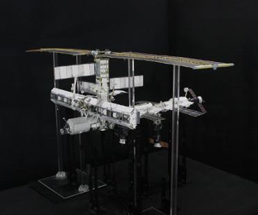 1/100スケールペーパークラフトによる 国際宇宙ステーション(2004年10月16日の状態)