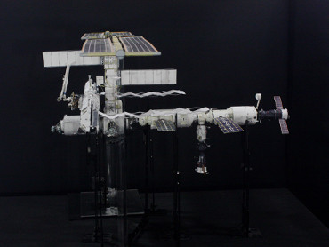 1/100スケールペーパークラフトによる 国際宇宙ステーション(2004年10月24日の状態)