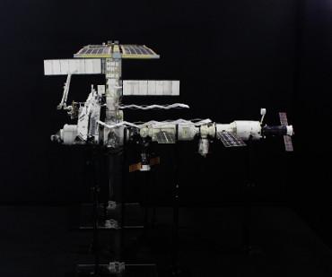 1/100スケールペーパークラフトによる 国際宇宙ステーション(2004年11月29日の状態)