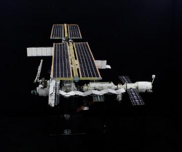 1/100スケールペーパークラフトによる 国際宇宙ステーション(2005年2月28日の状態)