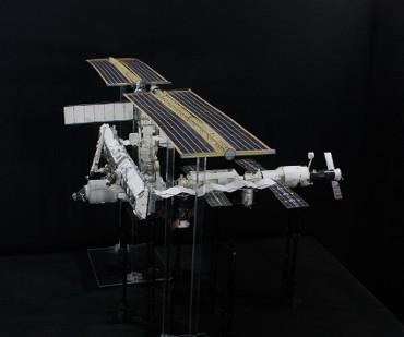 1/100スケールペーパークラフトによる 国際宇宙ステーション(2004年12月26日の状態)