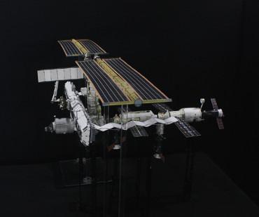 1/100スケールペーパークラフトによる 国際宇宙ステーション(2005年4月17日の状態)