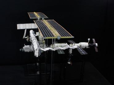 1/100スケールペーパークラフトによる 国際宇宙ステーション(2005年4月25日の状態)