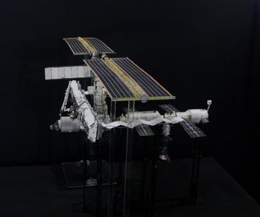 1/100スケールペーパークラフトによる 国際宇宙ステーション(2005年6月16日の状態)