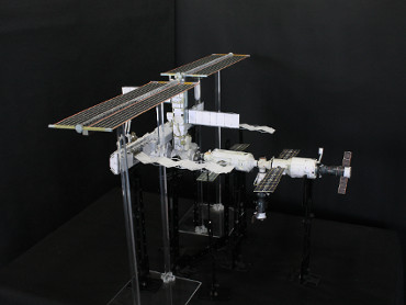 1/100スケールペーパークラフトによる 国際宇宙ステーション(2005年6月19日の状態)