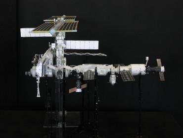 1/100スケールペーパークラフトによる 国際宇宙ステーション(2005年7月19日の状態)