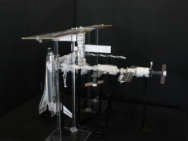 1/100スケールペーパークラフトによる 国際宇宙ステーション(2005年7月28日の状態)
