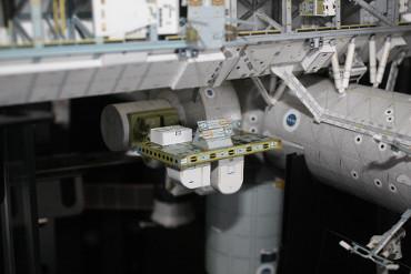「クエスト」船首側外壁に取り付けられた「ESP-2」