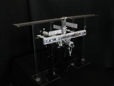1/100スケールペーパークラフトによる 国際宇宙ステーション(2005年8月6日の状態)