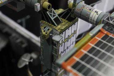 「P6トラス」上端部右舷側に取り付けられた「MISSE-5」