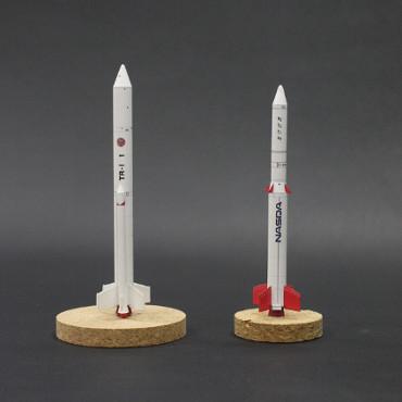 1/100スケールペーパークラフトによる TR-Ⅰ(左) と TR-ⅠA(右)