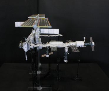 1/100スケールペーパークラフトによる 国際宇宙ステーション(2005年10月3日の状態)