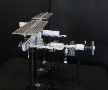 1/100スケールペーパークラフトによる 国際宇宙ステーション(2005年10月11日の状態)