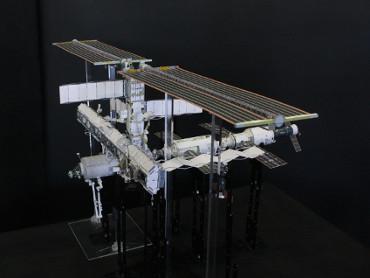 1/100スケールペーパークラフトによる 国際宇宙ステーション(2005年11月8日の状態)