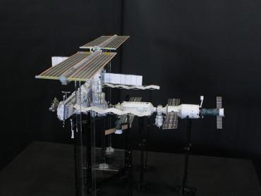 1/100スケールペーパークラフトによる 国際宇宙ステーション(2006年6月19日の状態)