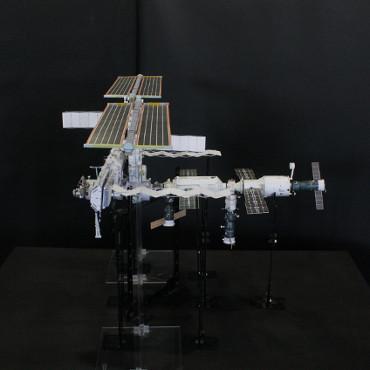 1/100スケールペーパークラフトによる 国際宇宙ステーション(2006年4月27日の状態)