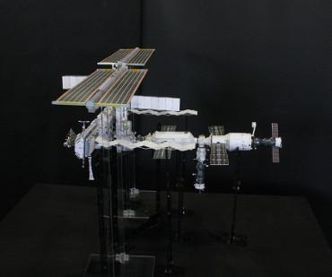 1/100スケールペーパークラフトによる 国際宇宙ステーション(2006年3月3日の状態)