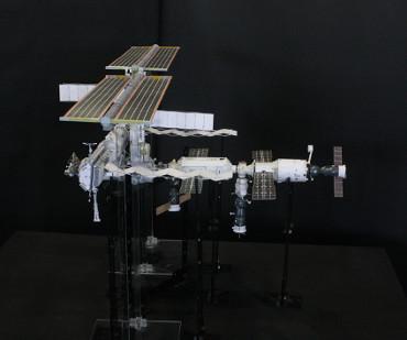 1/100スケールペーパークラフトによる 国際宇宙ステーション(2006年4月1日の状態)