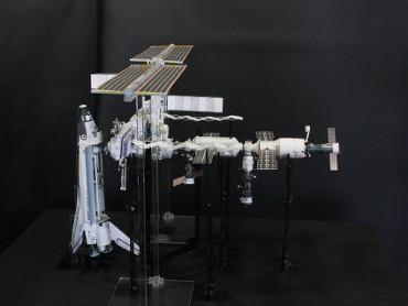 1/100スケールペーパークラフトによる 国際宇宙ステーション(2006年7月6日の状態)