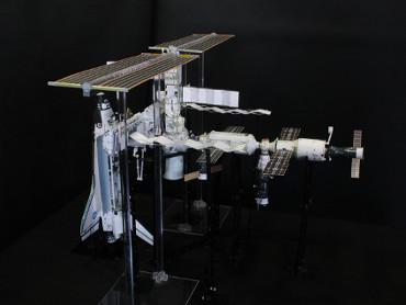 1/100スケールペーパークラフトによる 国際宇宙ステーション(2006年7月7日の状態)