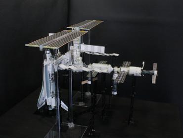 1/100スケールペーパークラフトによる 国際宇宙ステーション(2006年7月14日の状態)